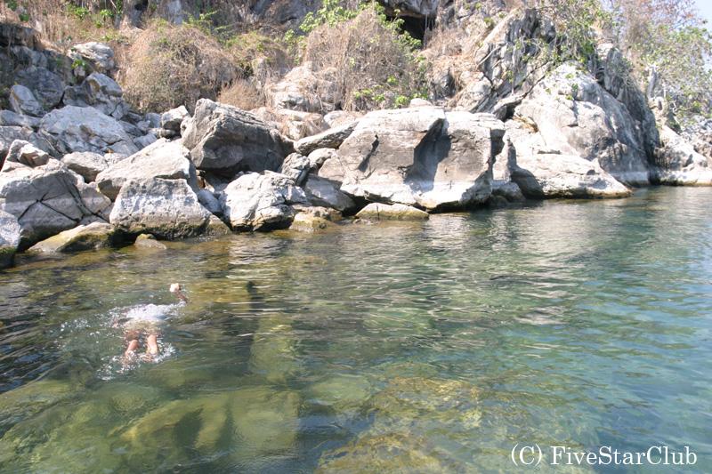 マラウィ湖は水が透明で魚が多い