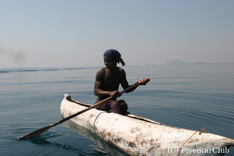 ボートをこぐ村人