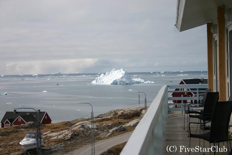 ホテルより氷山を望む