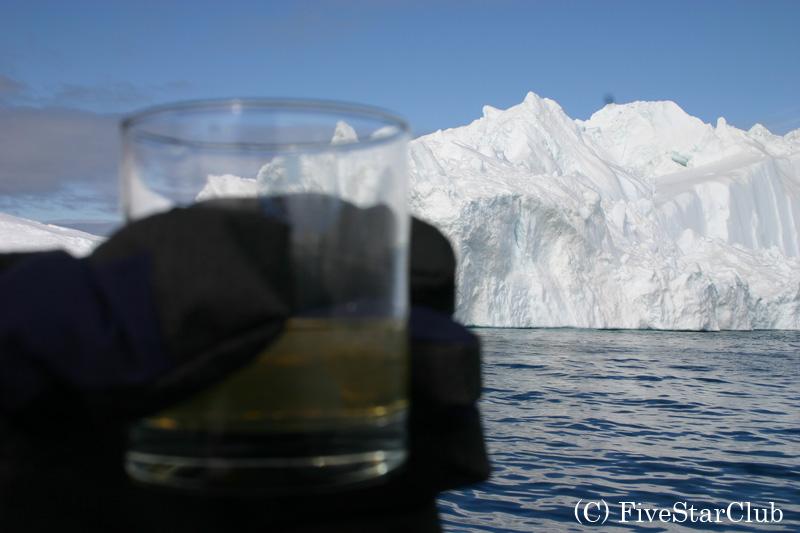 氷山の氷のかけらで乾杯