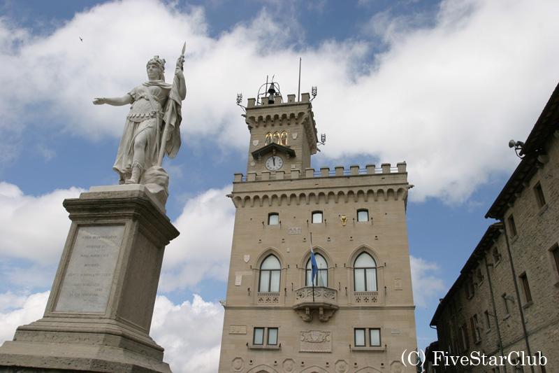 リベルタ広場と政庁