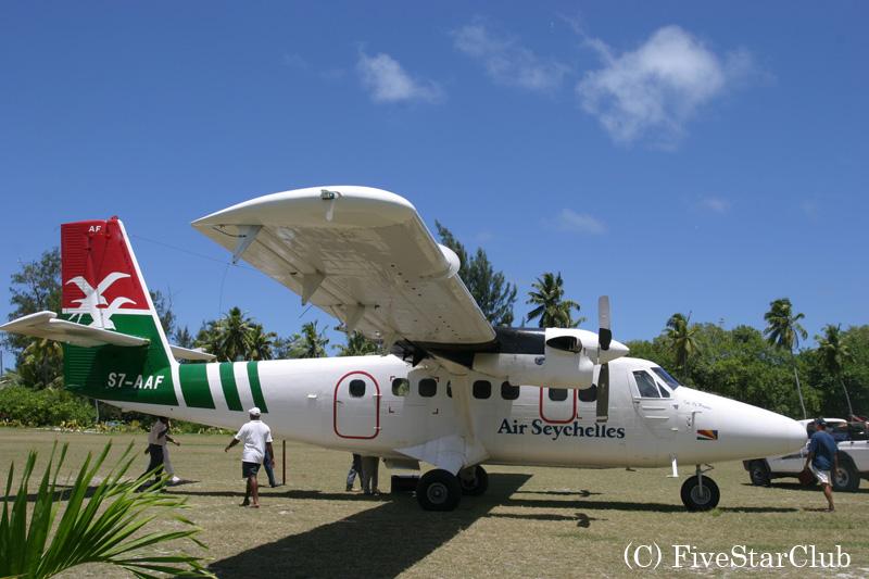 デニス島へはプロペラ機で