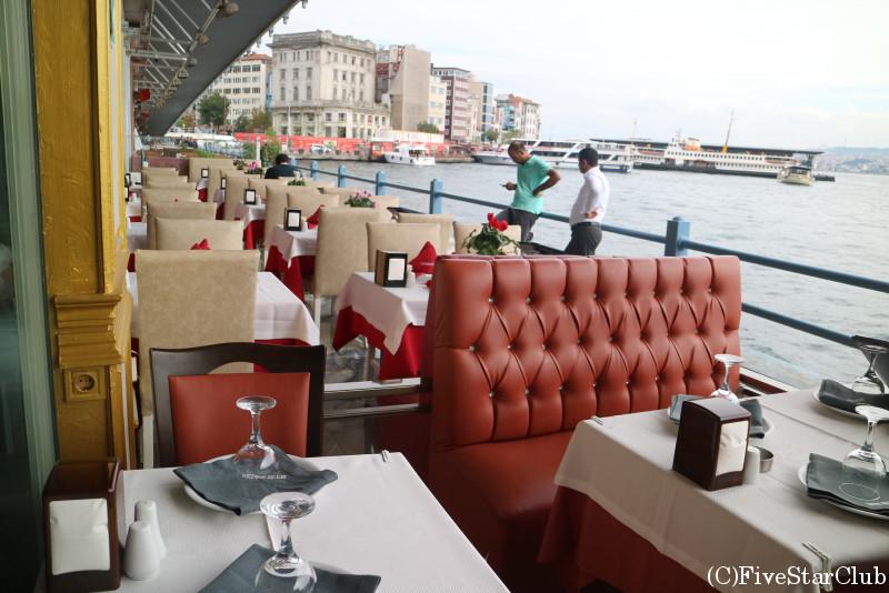 ガラタ橋下のおしゃれなレストラン