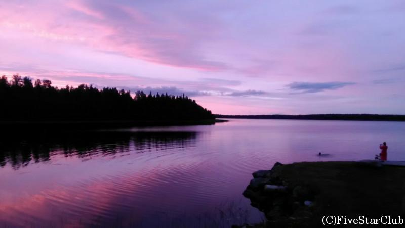 サウナの前の湖