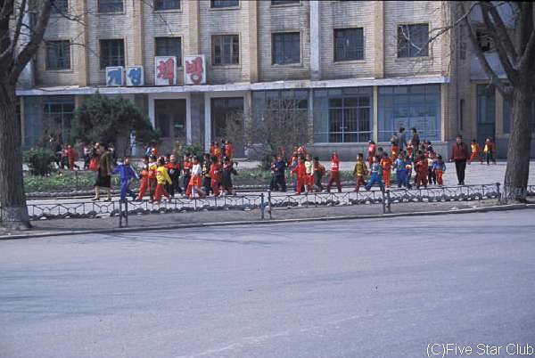 平壌市内で出会った 子供たち