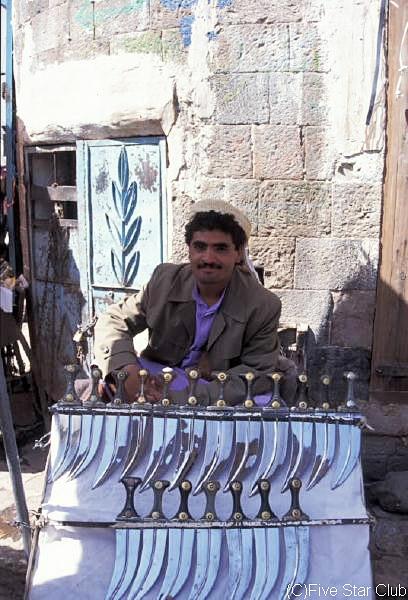 ジャンビーア(半月刀)を 売る男