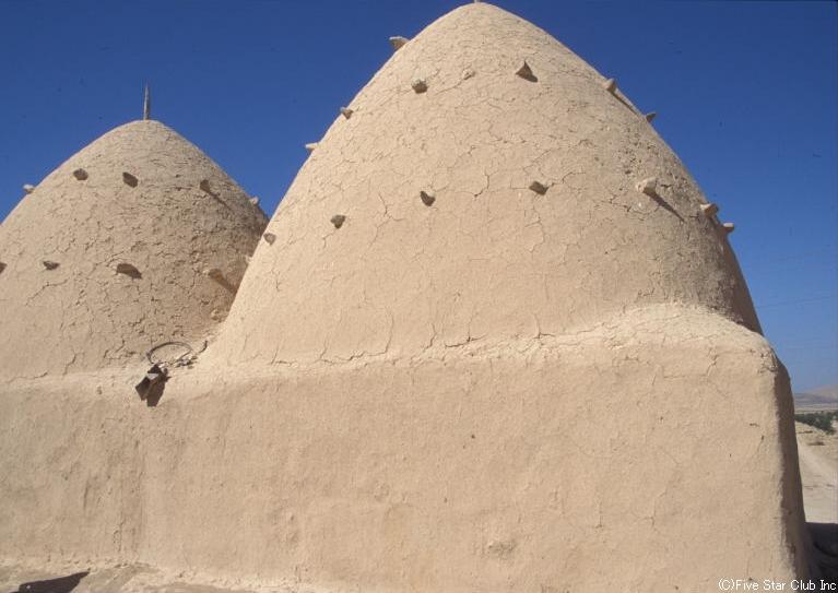 とんがり帽子の屋根の家