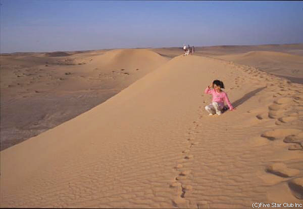 ガダメスの郊外は サハラ砂漠がどこまでも続く