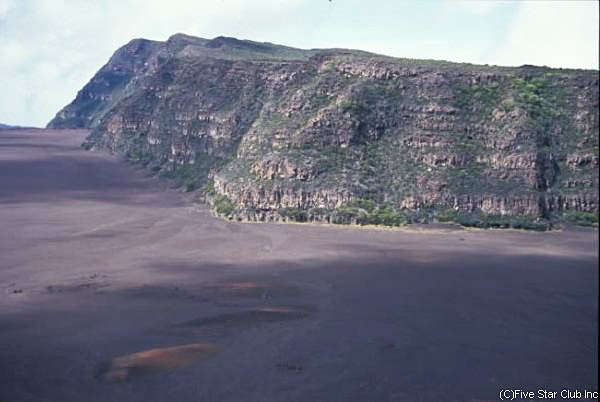 島の南東部には今でも 活動をしている火山がある