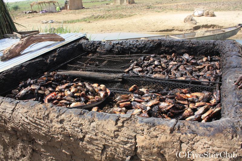 途中の村で 魚のくん製