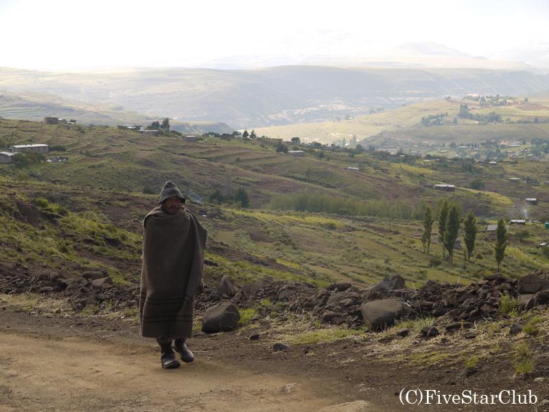 峠よりマレマレアの村を眺望