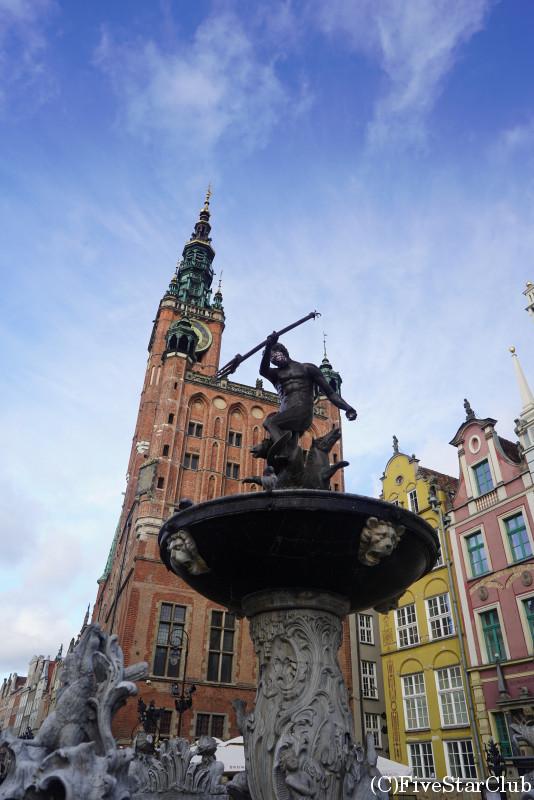 市庁舎とネプチューン像