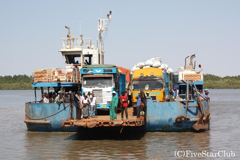 フェリーで大河ガンビア川を渡る