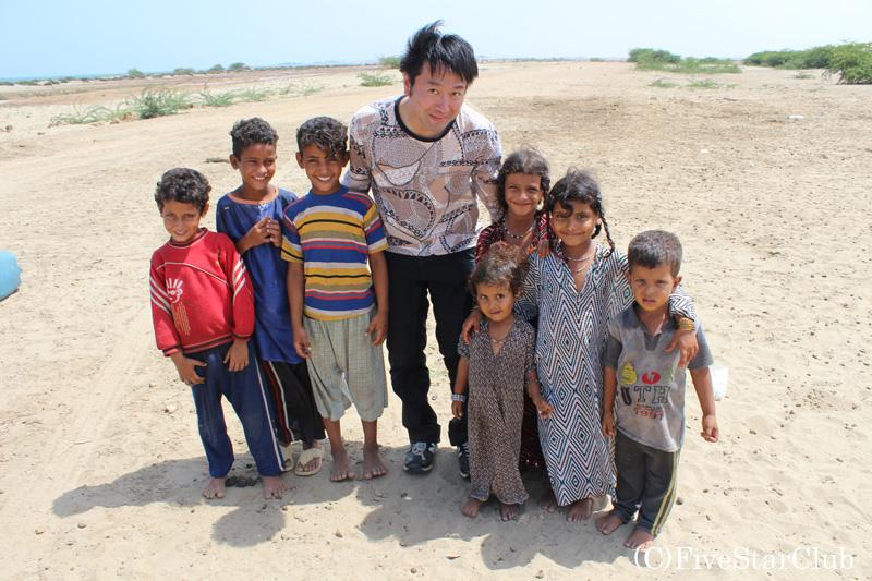 難民キャンプの子供たちと