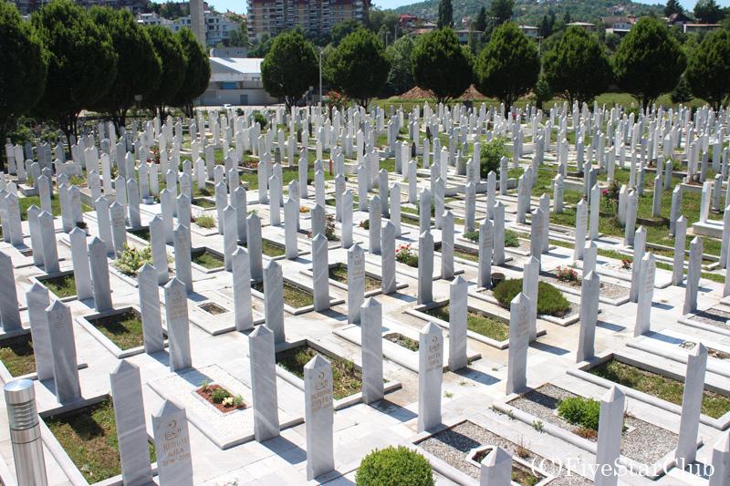 サラエボ五輪のグランドに作られた戦死者の墓地