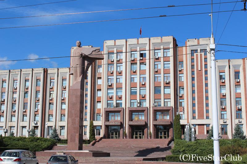 政府ビルとその前に立つレーニン像