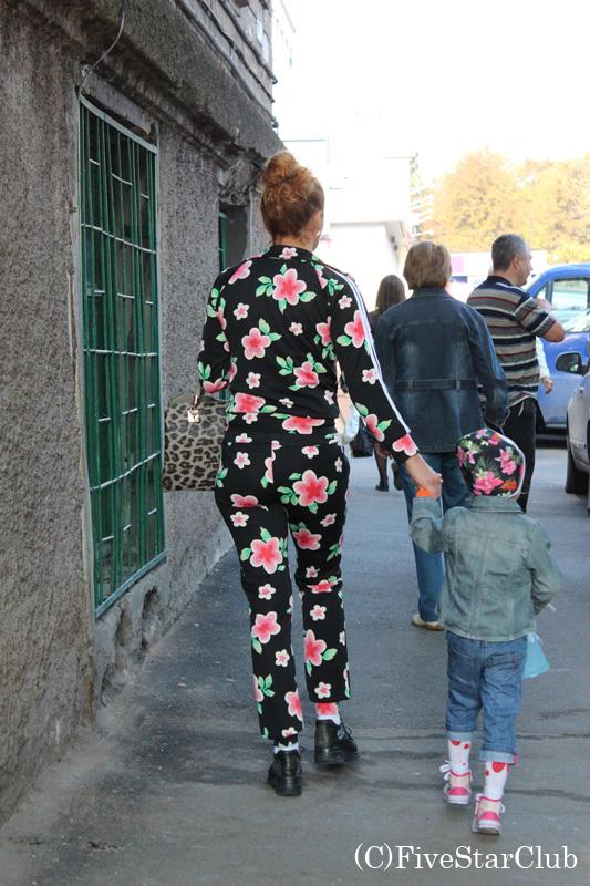 こんな格好で街を歩くの??子供の帽子とペアとは言え。