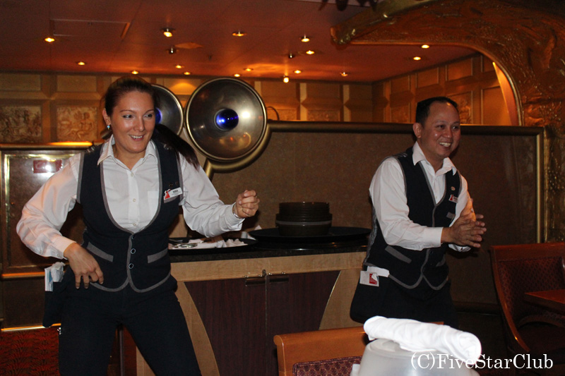 レストランにてフィナーレ・ダンス