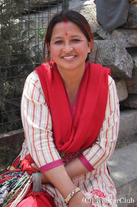お土産品を売るネパール女性