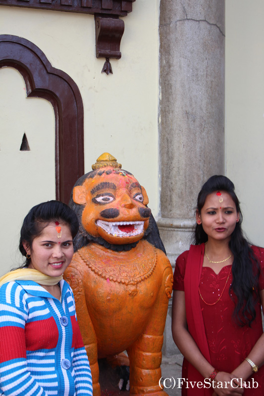 パシュパティナートで記念撮影するネパール女性