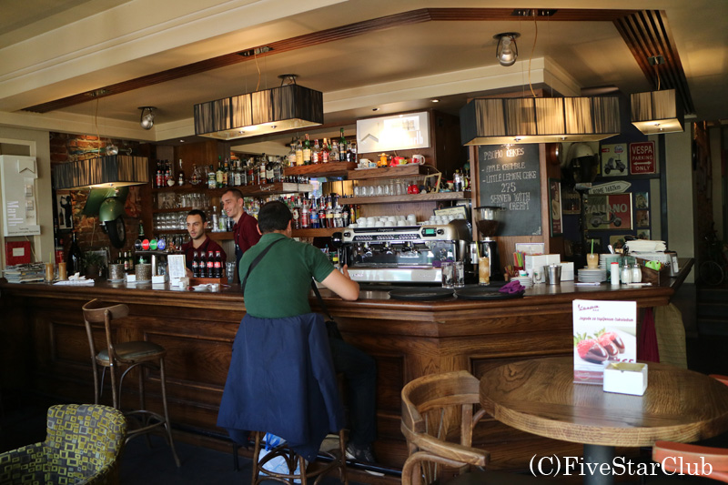 アンティークオートバイのショールームのあるカフェで一休み