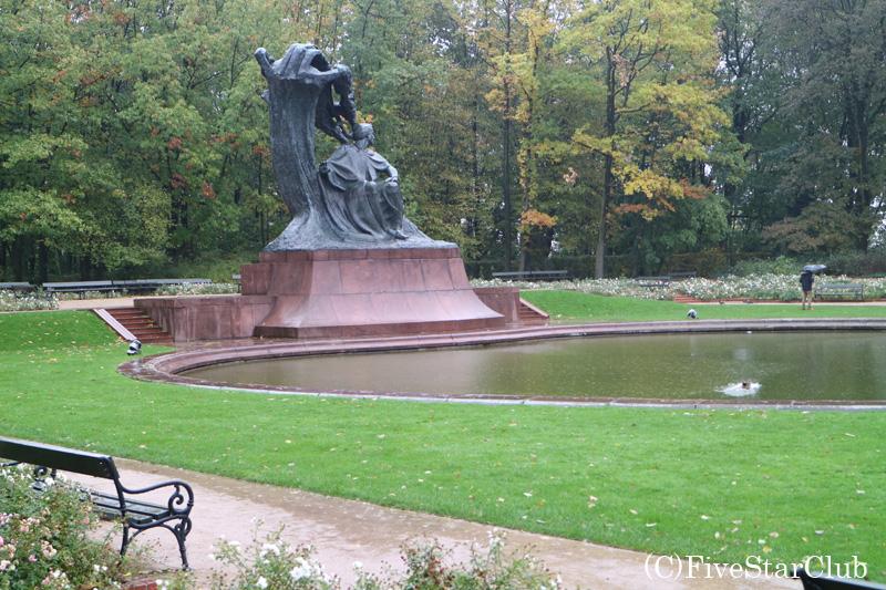 ワジェンキ公園のショパン像
