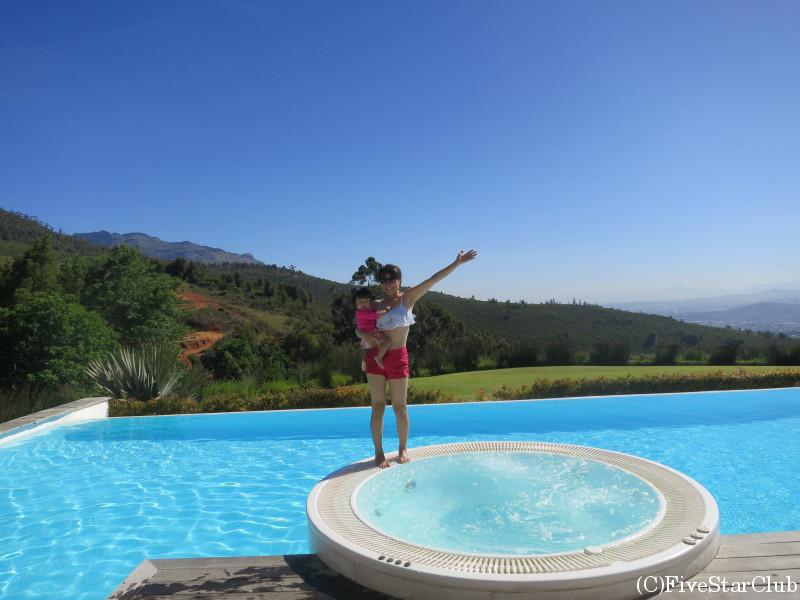 眺めの良いプール&ジャグジーで楽しむ