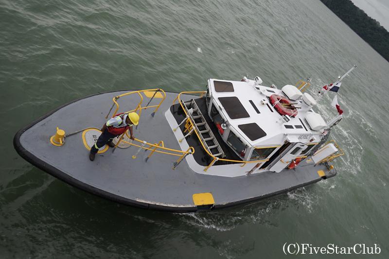 パナマ運河専門の運転手を迎えにきた船