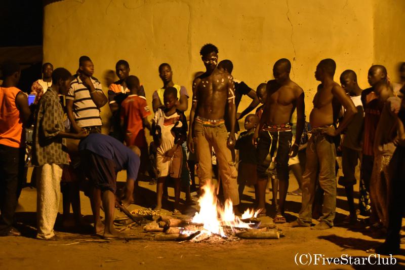 伝統的な炎の儀式 気づいたら人がいっぱい集まってた!