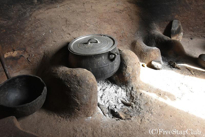 タタと呼ばれる伝統的住居 1階にあるキッチン