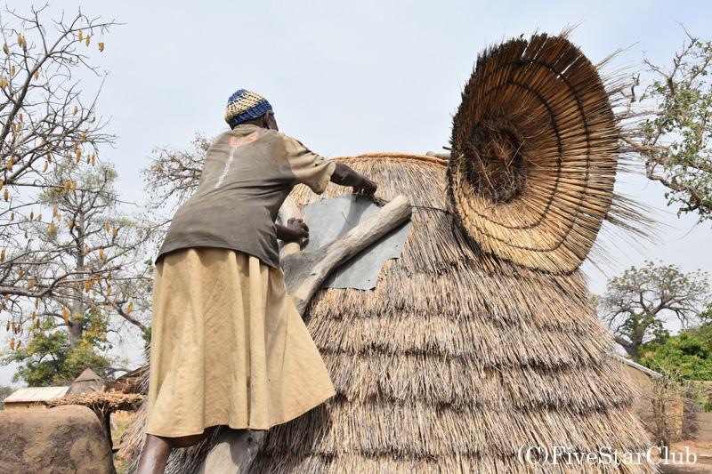 タタと呼ばれる伝統的住居 2階にある穀物庫