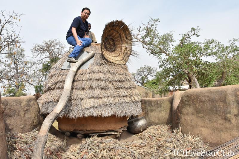 タタと呼ばれる伝統的住居 3階にある穀物庫