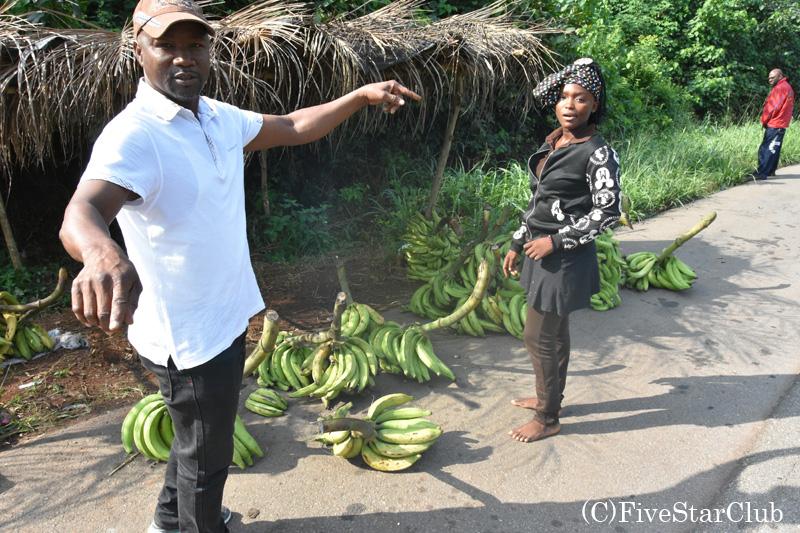 ロメへの道中、ガイドが大量のバナナを買う