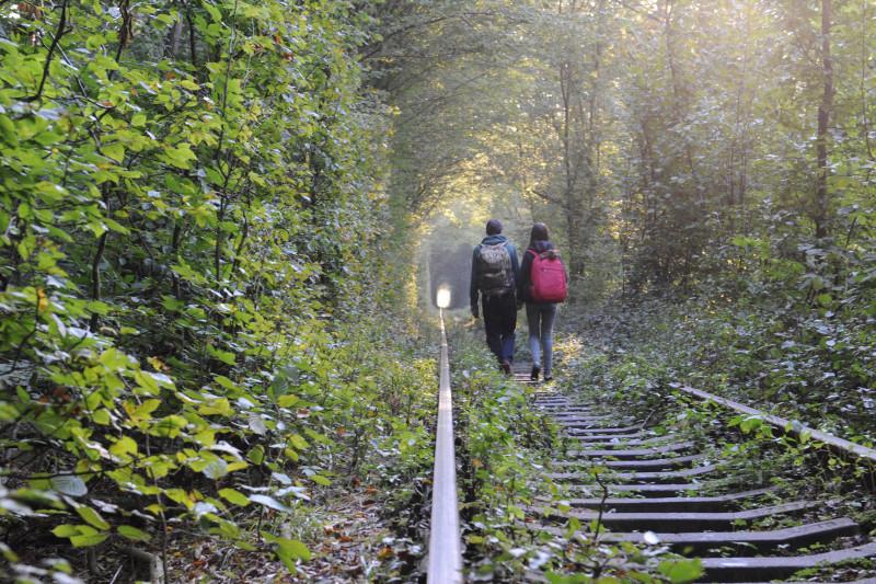 愛のトンネルを歩くカップル(クレヴァン)