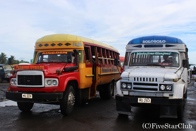 サモアはバスの所有者の趣味でカラフルなローカルバス