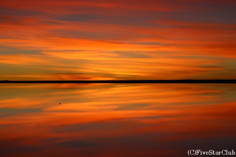 ウユニ塩湖/夕陽が沈んだ後の上下対称のグラデーション