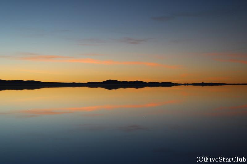 ウユニ塩湖/夜明け前の朝日が昇るところの対面方向の景色