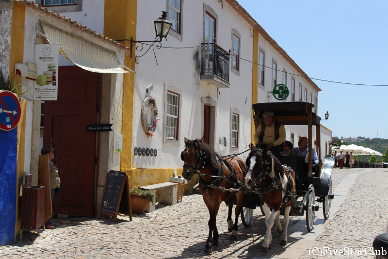 観光馬車が走るオビドスの町