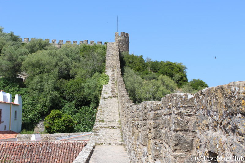 オビドスの城壁の片側には転落防止柵がないので非常に危険