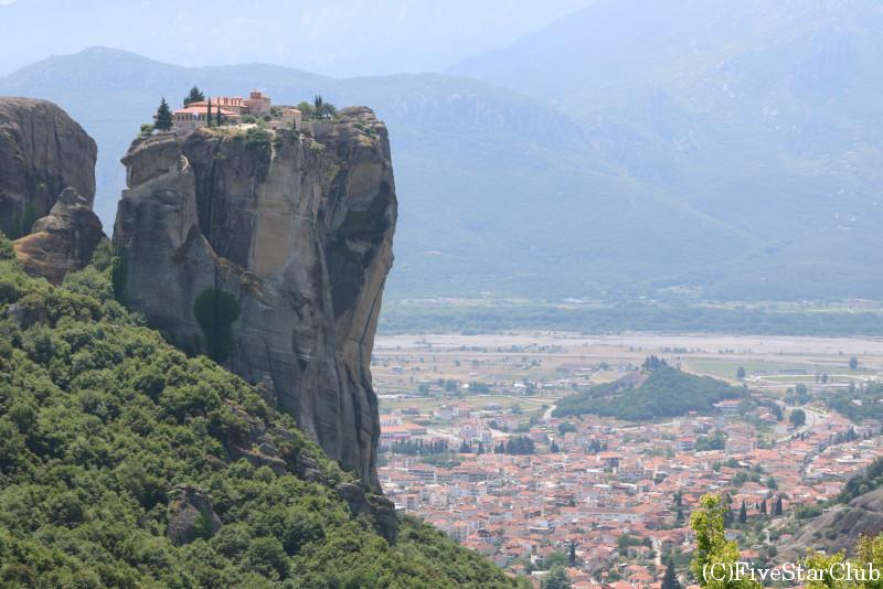 奇岩の上に建つ修道院とカランバカの町