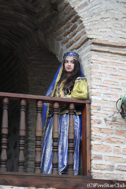 キャラバンサライ(中庭で女性を撮影)