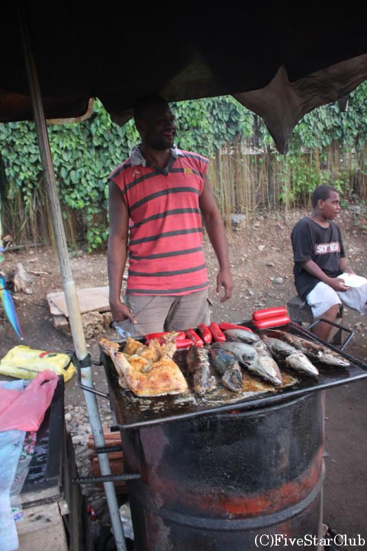 焼き魚などが並ぶ屋台