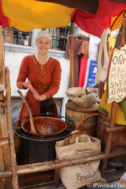 伝統菓子を作る女性
