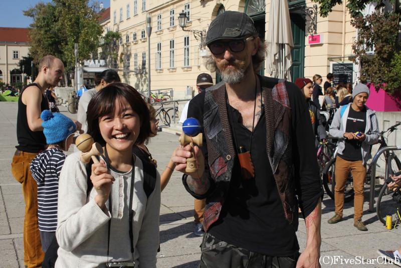 街中でけん玉を教えていたおじさん、ウィーンでけん玉をもっと広める。ためにしばしばこうして活動するのだとか★/レオポルド美術館前