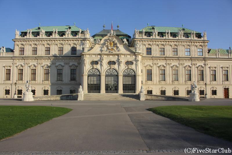 朝日を浴びるベルヴェデーレ宮殿上宮