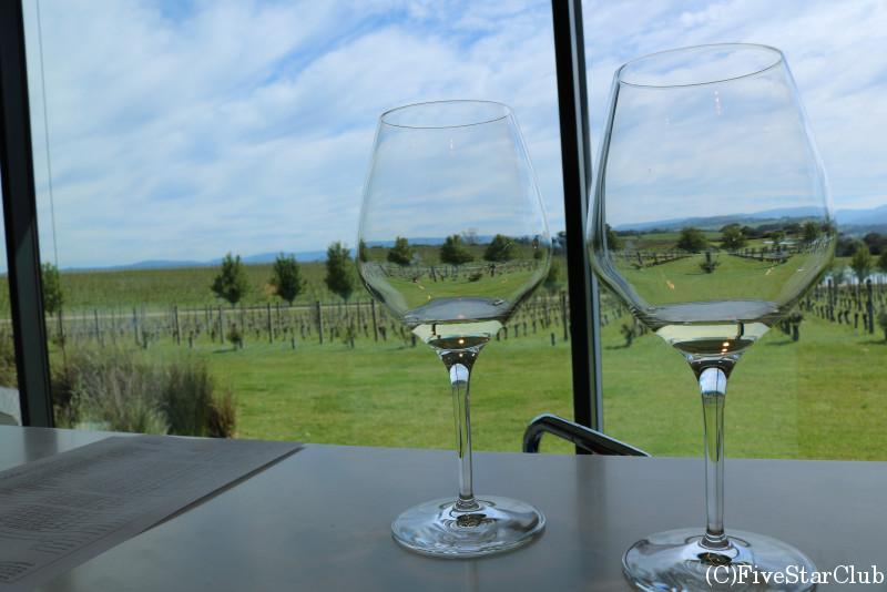 2012年にワイナリーオブザイヤーを獲得した「Oakridge」のガラス窓の向こうに広大なブドウ畑が広がるティスティングルーム