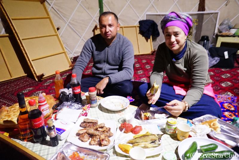 地獄の門近郊でキャンプ バーベキューの夕食
