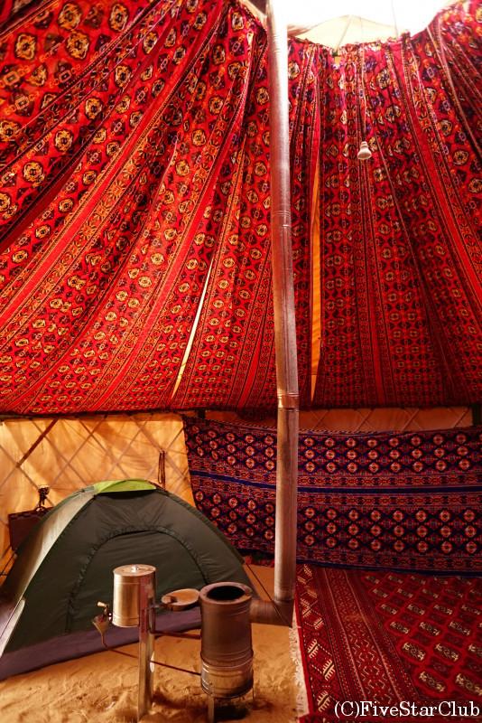 地獄の門近郊でキャンプ 冬季はユルタにテントを設置