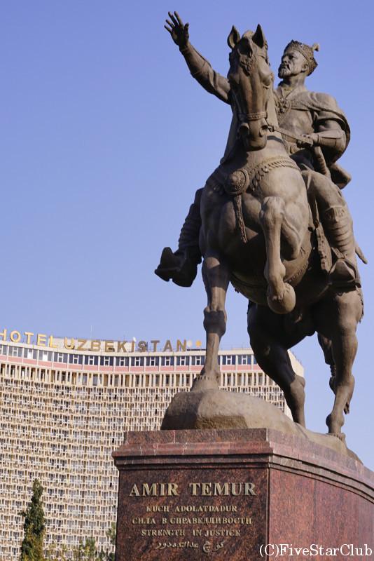 ティムール広場とウズベキスタンホテル