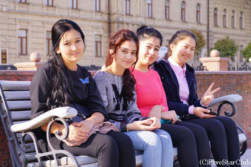 ティムール広場の少女たち